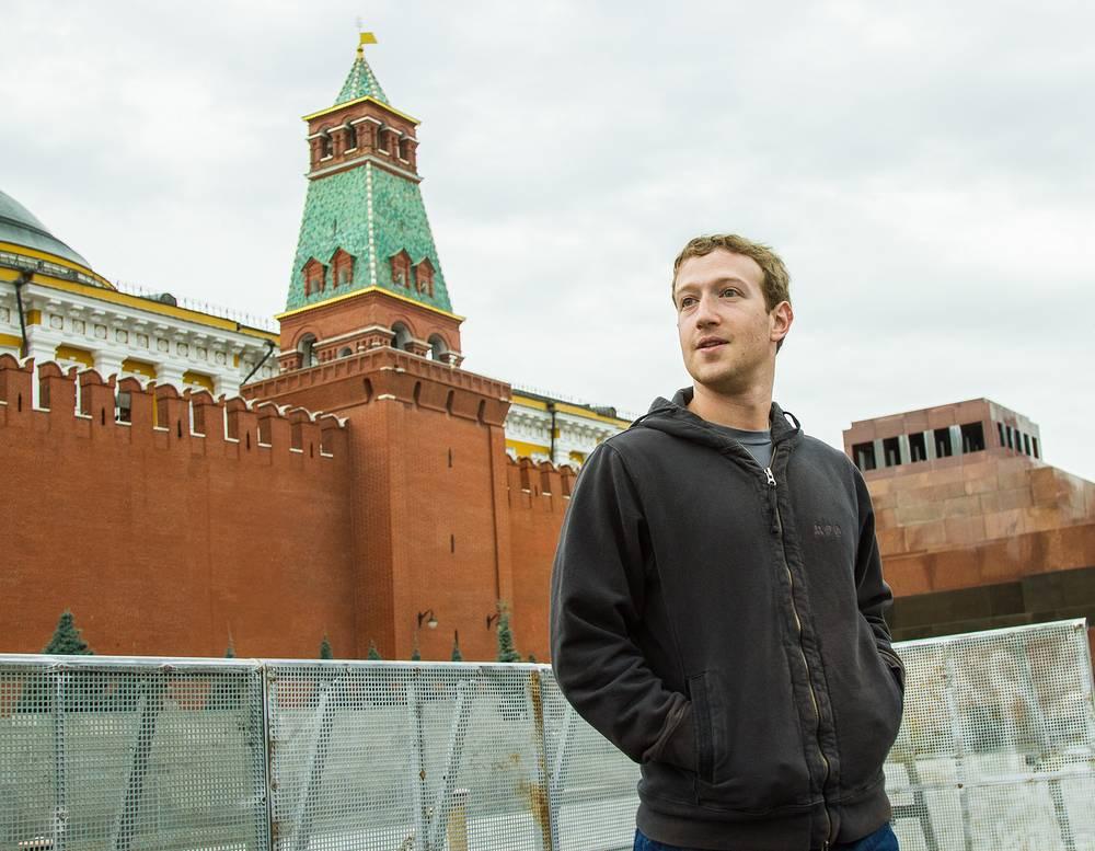 Марк Цукерберг во время прогулки по Красной площади, 2012 год