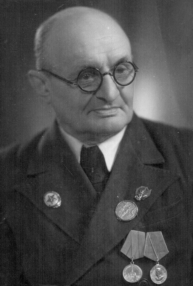 Николай Александрович Панин-Коломенкин с золотой олимпийской медалью.50- е годы.