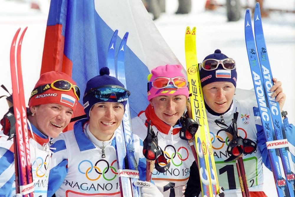 Российские лыжницы (слева направо): Лариса Лазутина, Нина Гаврылюк, Елена Вяльбе и Ольга Данилова завоевали олимпийское золото в эстафете 4х5 км.XVIII зимние Олимипийские игры в Нагано, 1998 г.