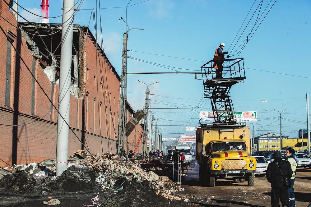 Стена и часть кровли цинкового завода, разрушенная из-за взрывной волны, вызванной падением метеорита в Челябинске