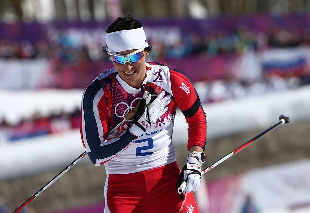 Норвежская спортсменка Марит Бьорген после финиша скиатлона в соревнованиях по лыжным гонкам среди женщин