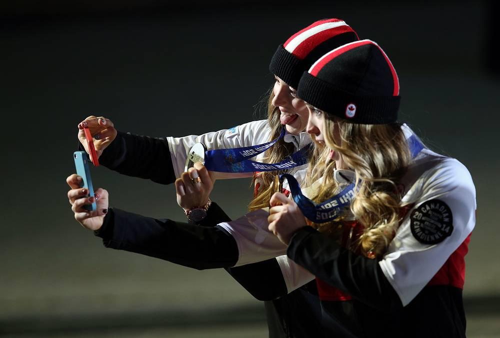 Канадские спортсменки Клоэ Дюфур-Лапуант (серебро) и Жюстин Дюфур-Лапуант (золото) после церемонии награждения победителей могула в соревнованиях по фристайлу
