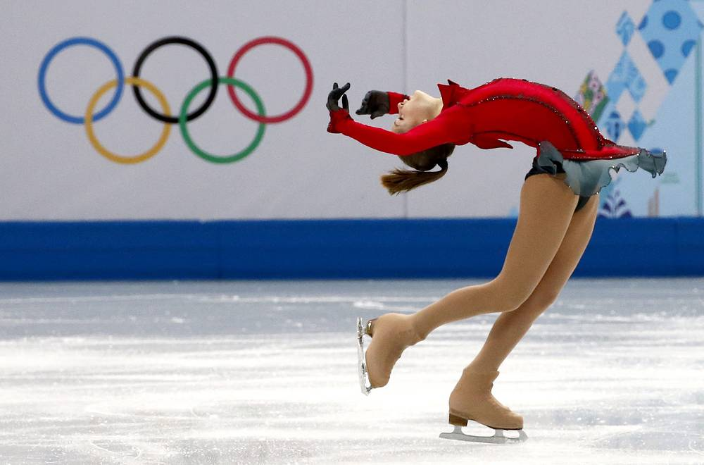 Екатеринбургская фигуристка Юлия Липницкая в произвольной программе женского одиночного катания в командных соревнованиях по фигурному катанию на Олимпиаде в Сочи в 2014 году