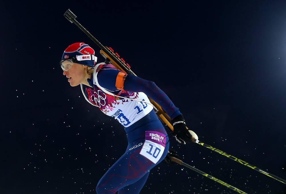 Спортсменка из Норвегии Тура Бергер во время гонки преследования на 10 км