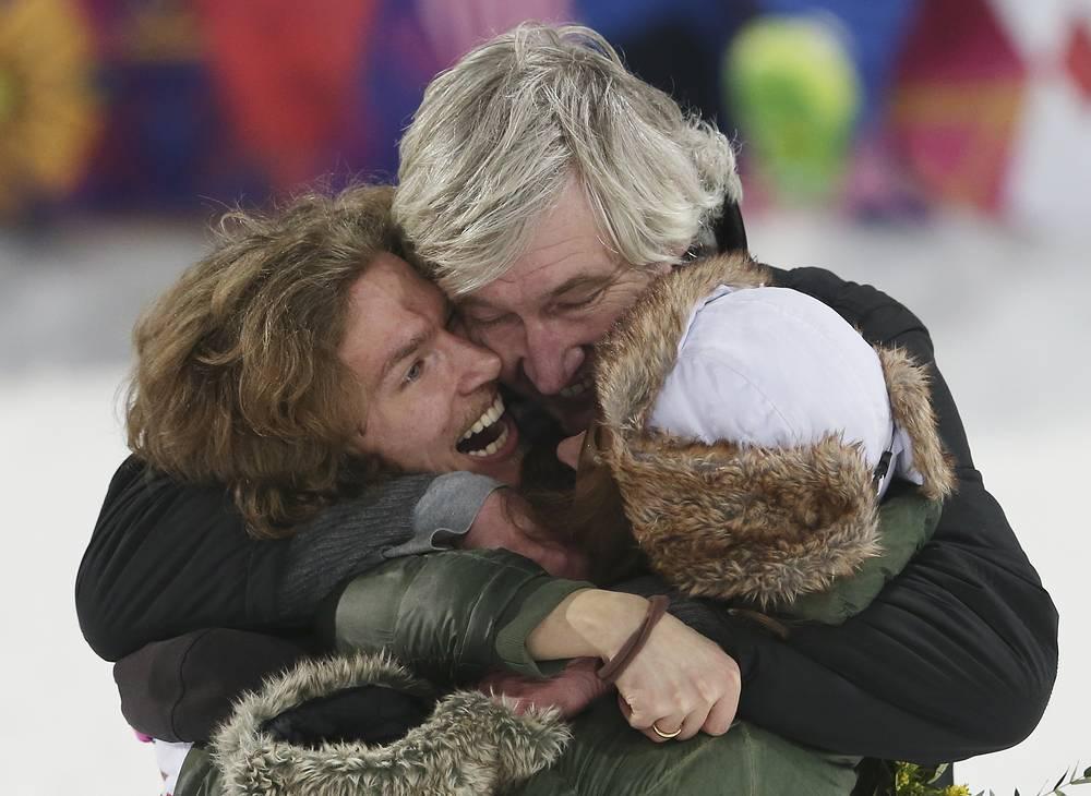 Швейцарский сноубордист Юрий Подладчиков с родителями празднует победу в финале соревнований в хафпайпе