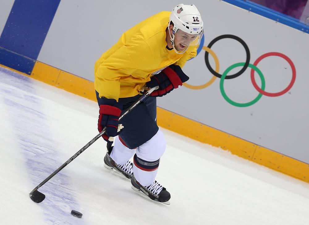Нападающий Дерек Степан во время тренировки сборной США