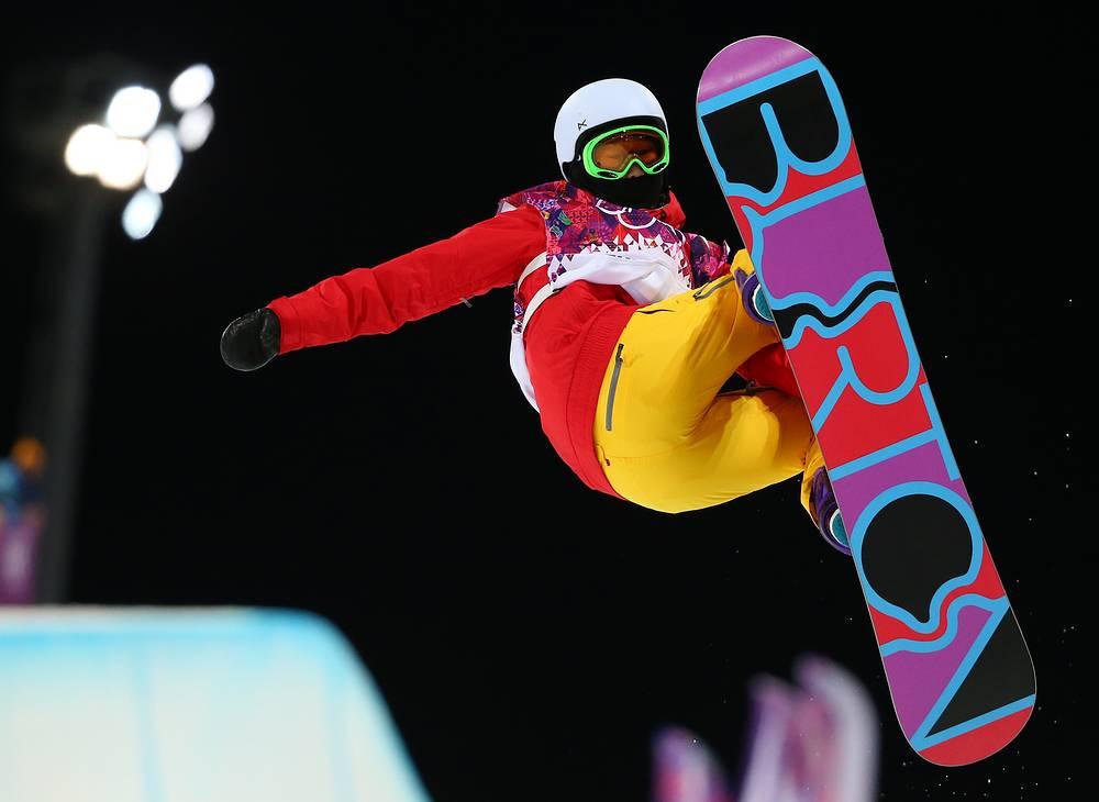 Китайская спортсменка Шуанг Ли во время выступления на соревнованиях по сноуборду в дисциплине хафпайп