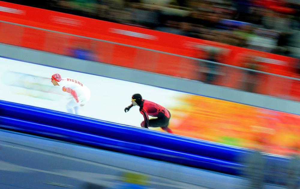 Забег на 1000 м в соревнованиях по конькобежному спорту среди мужчин