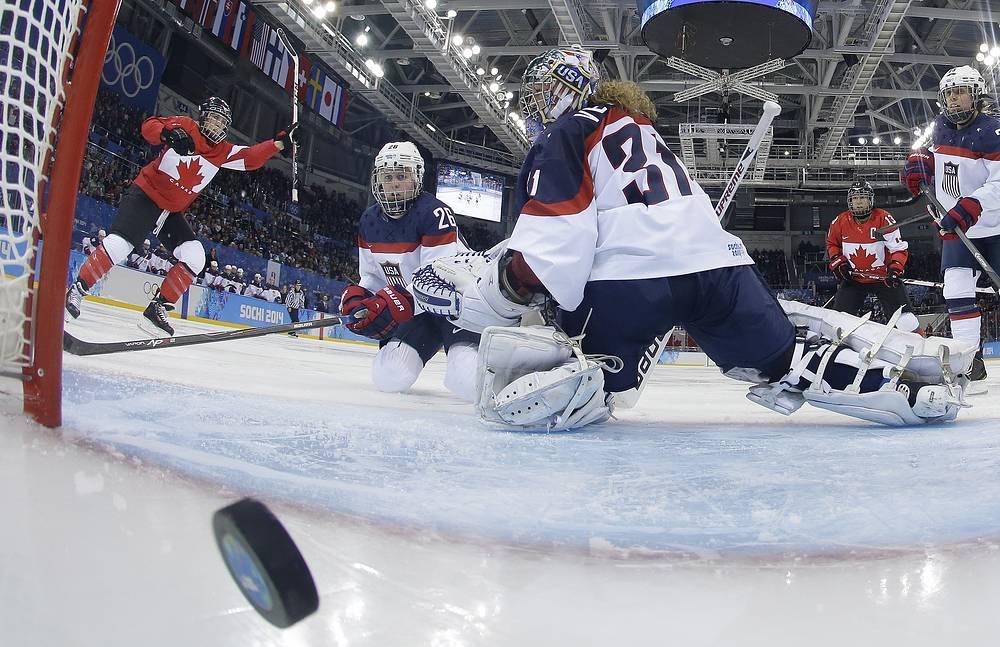 Хоккейный матч между женскими сборными США и Канады в заключительном туре группового этапа олимпийского турнира