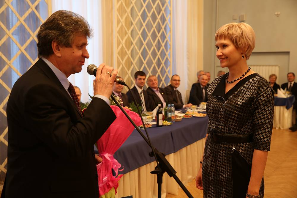 Генеральный директор ОАО УЭХК Александр Белоусов поздравляет работницу Центральной заводской лаборатории Наталью Кузьмину с удачной защитой кандидатской диссертации