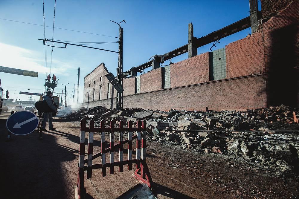 Челябинск. Стена и часть кровли цинкового завода, разрушенная из-за взрывной волны, вызванной падением метеорита