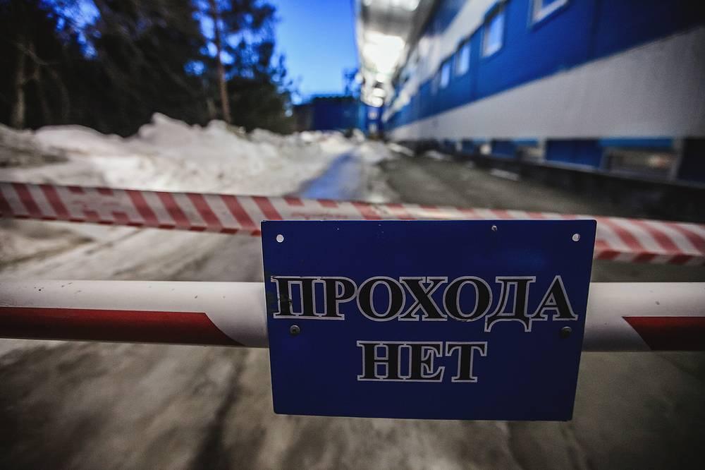 """Челябинск. Последствия, вызванные взрывной волной в результате падения осколков метеорита, на территории ледовой арены """"Уральская молни."""