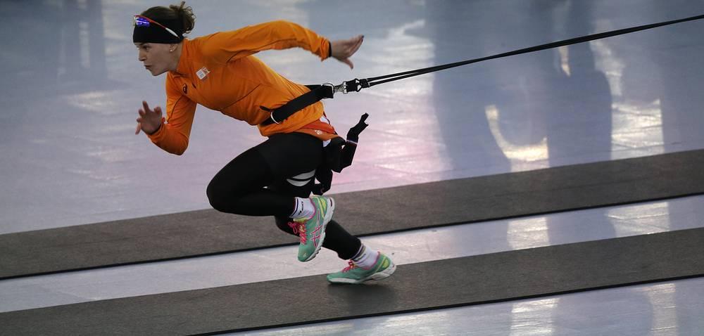 Голландская конькобежка Ирен Вюст на тренировке перед забегом дистанции 1000 м