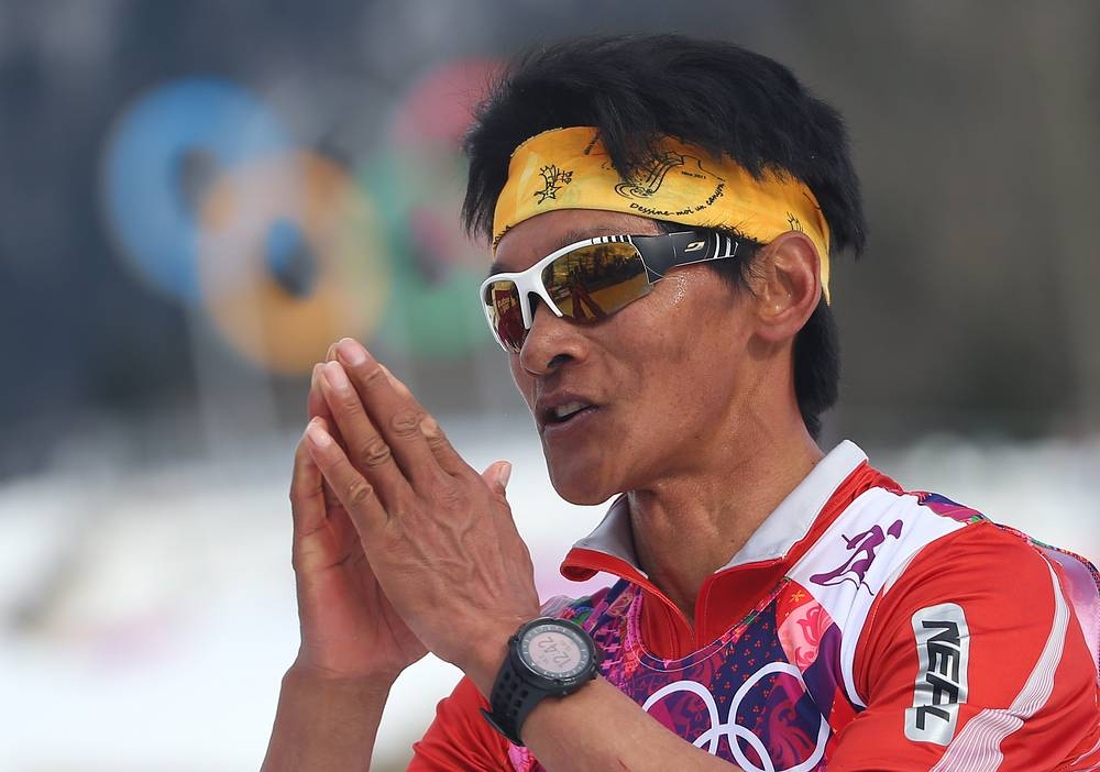 Спортсмен из Непала Дачхири Шерпа во время финиша лыжной гонки на 15 км классическим стилем