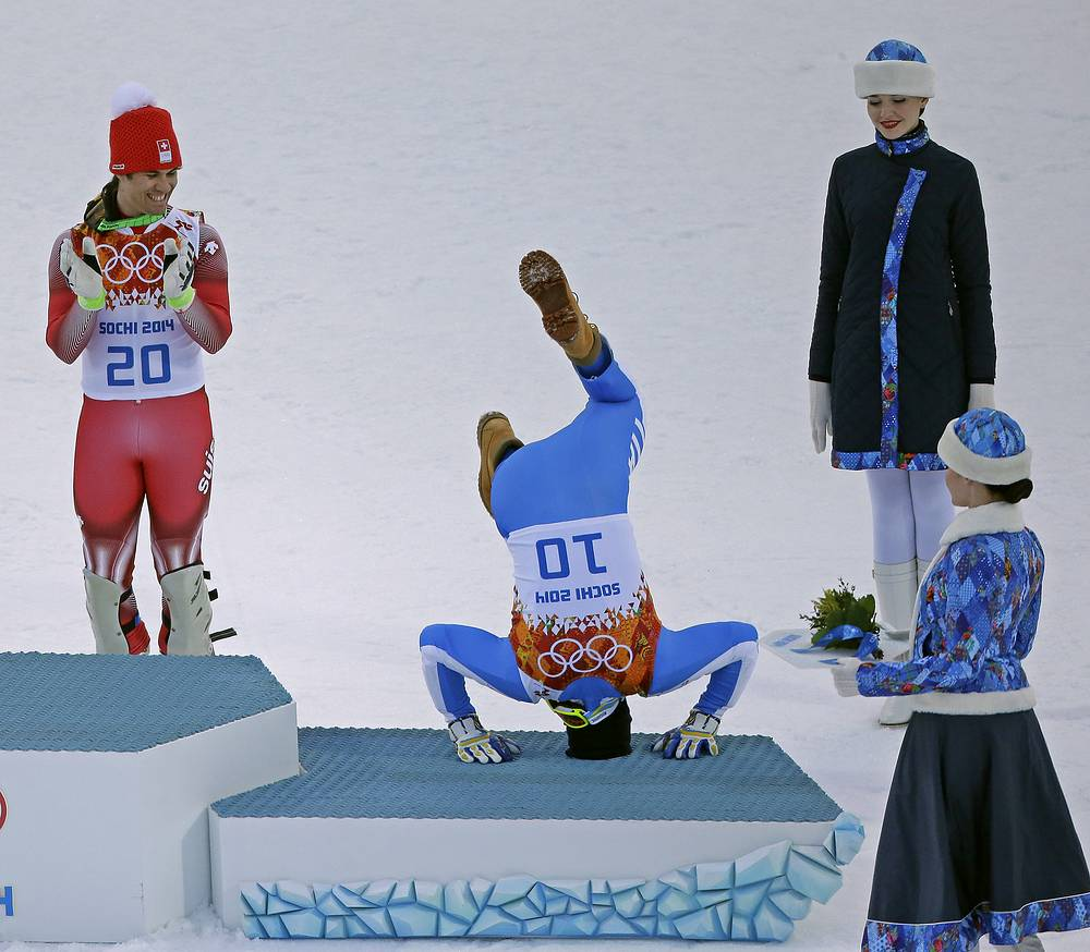 Швейцарский горнолыжник Сандро (в центре) и хорват Ивица Костелич (слева) во время награждения в суперкомбинации