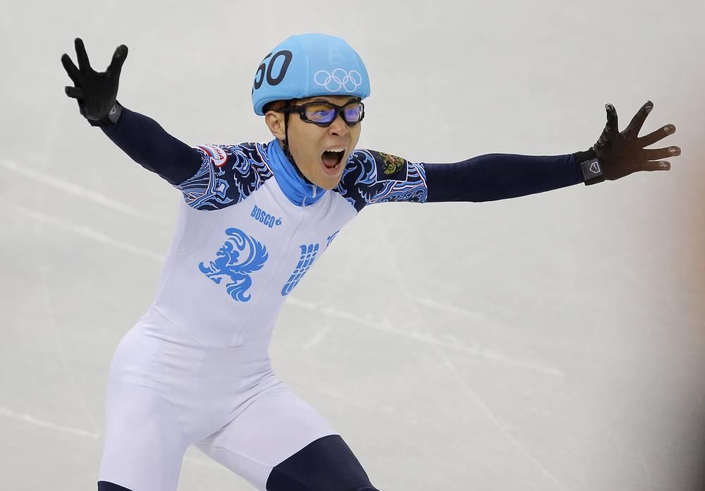 Виктор Ан радуется победе в финале забега