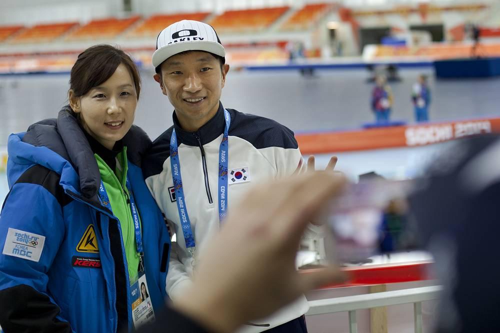 """Южнокорейский конькобежец Ли Гу Хюк (справа) фотографируется в конькобежном центре """"Адлер-Арена"""""""