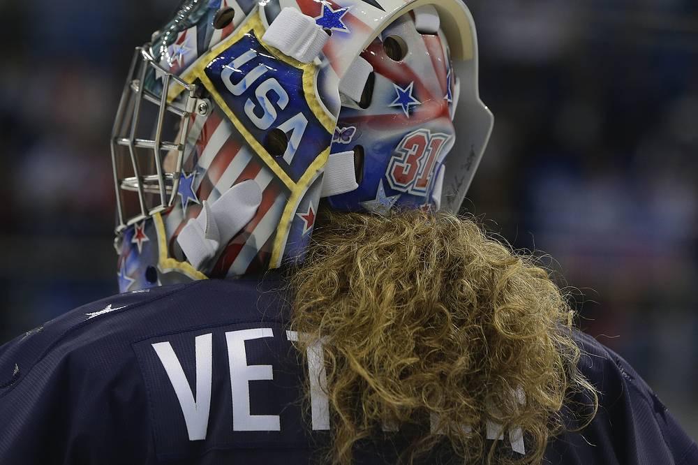 Не нужно разбираться в хоккее, чтобы понять - эта девушка защищает ворота сборной США. Зовут ее Джесси Веттер, и сейчас она готовится к полуфиналу олимпийского турнира в Сочи