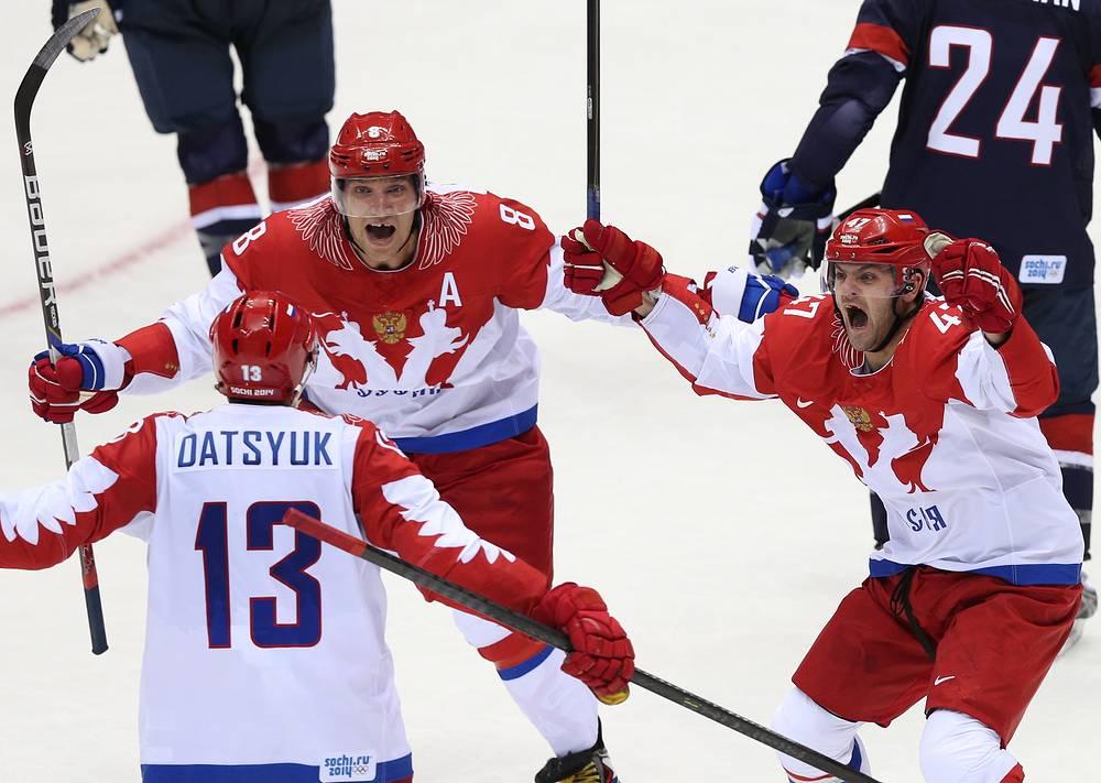 Нападающие сборной России Александр Овечкин, Александр Радулов (слева направо на втором плане) и Павел Дацюк (на первом плане) в матче по хоккею: США - Россия