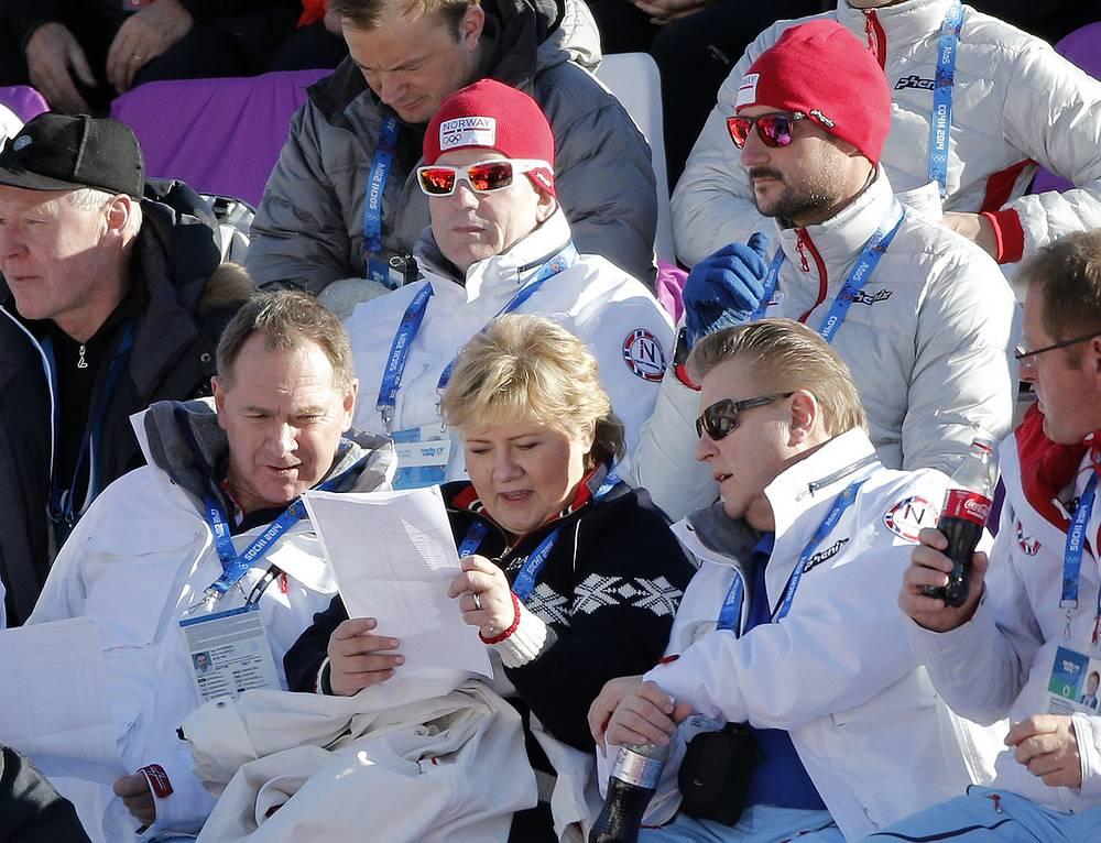 Премьер-министр Норвегии Эрна Сульберг (в центре) и наследник норвежского престола принц Хокон (сверху справа) во время пребывания в Сочи посещают соревнования биатлонистов, горнолыжников, а также хоккейный турнир