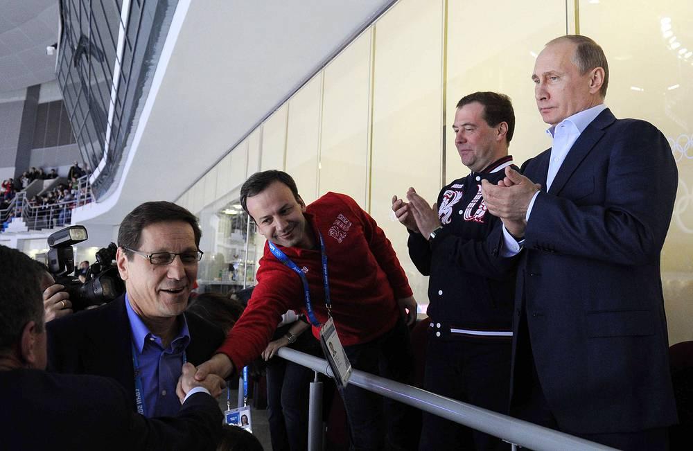 Владимир Путин и Дмитрий Медведев активно поддерживают сборную России. Глава государства и премьер-министр РФ посетили соревнования по фигурному катанию, хоккейные матчи сборной России, а также пришли поболеть за сборную на мужской лыжной эстафете