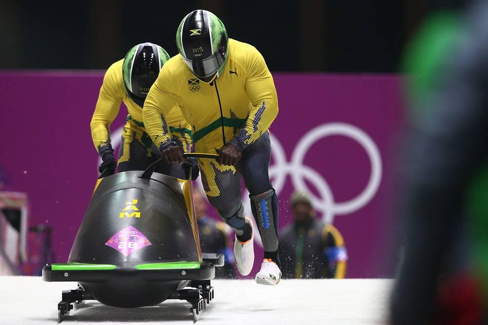 Ямайские бобслеисты Уинстон Уоттс и Марвин Диксон во время заезда двоек на соревнованиях по бобслею