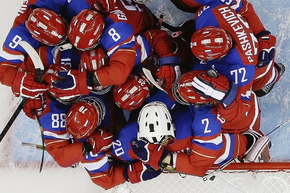 Хоккеистки сборной России радуются победе в матче со сборной Японии олимпийского хоккейного турнира
