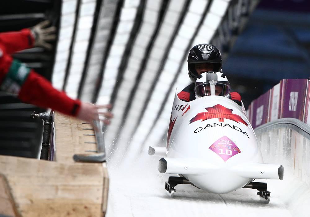 Канадские бобслеисты Джастин Криппс и Брайан Барнетт во время заезда на соревнованиях двоек по бобслею