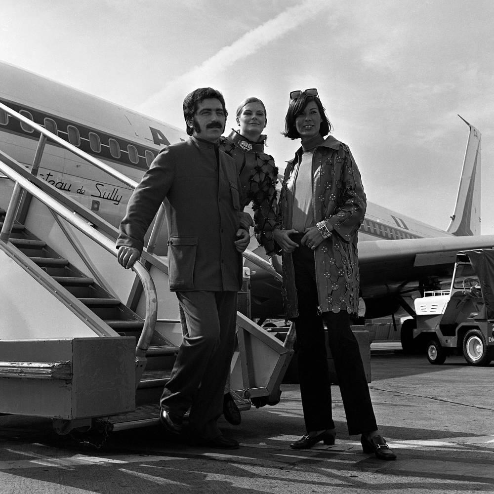 Пако Рабанн (тогда еще Франсиско Рабанеда) родился в Стране Басков, после смерти отца его семья переехала во Францию. На фото: Пако Рабанн с моделями в аэропорту Орли, Париж, 1967 год