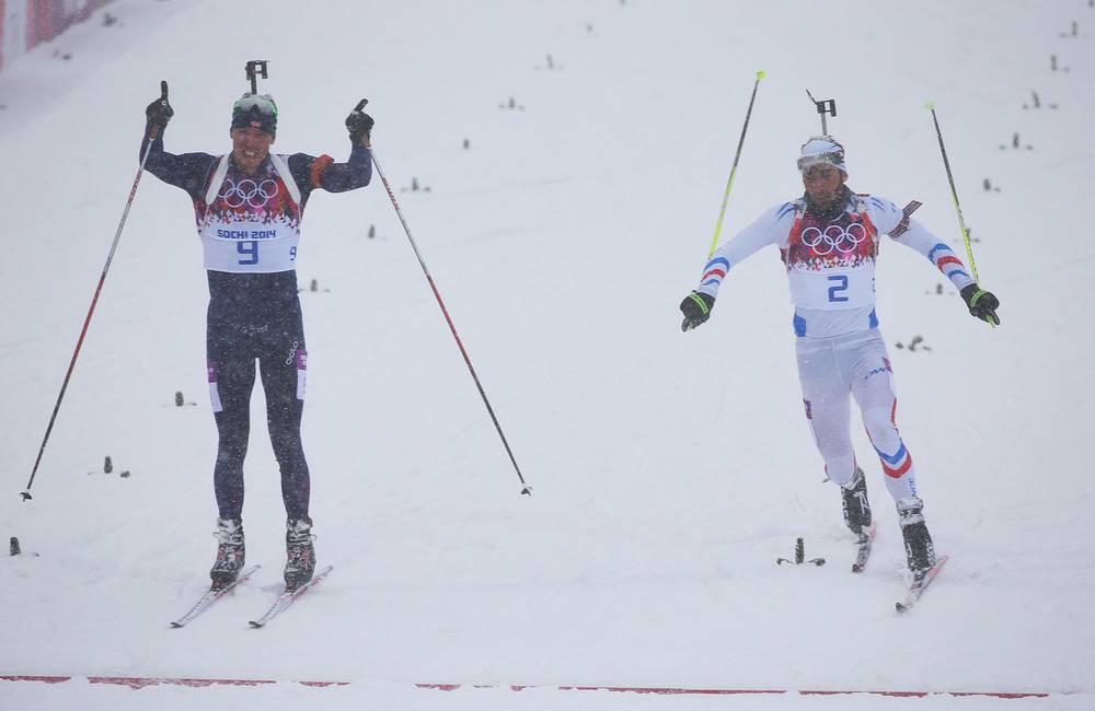 Норвежский спортсмен Эмиль Хегле Свендсен и французский спортсмен Мартен Фуркад (слева направо) на финише гонки масс-старта