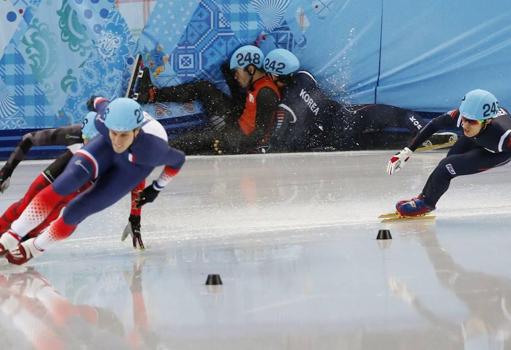 Голландец Шинкье Кнегт и южнокореец Пак Се Ён финишировали вместе в утешительном финале на 1500 м