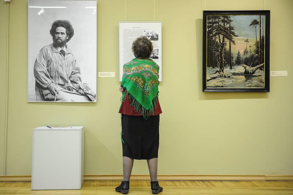 На выставке к 150-летию А.К. Денисова-Уральского. Фото мастера слева