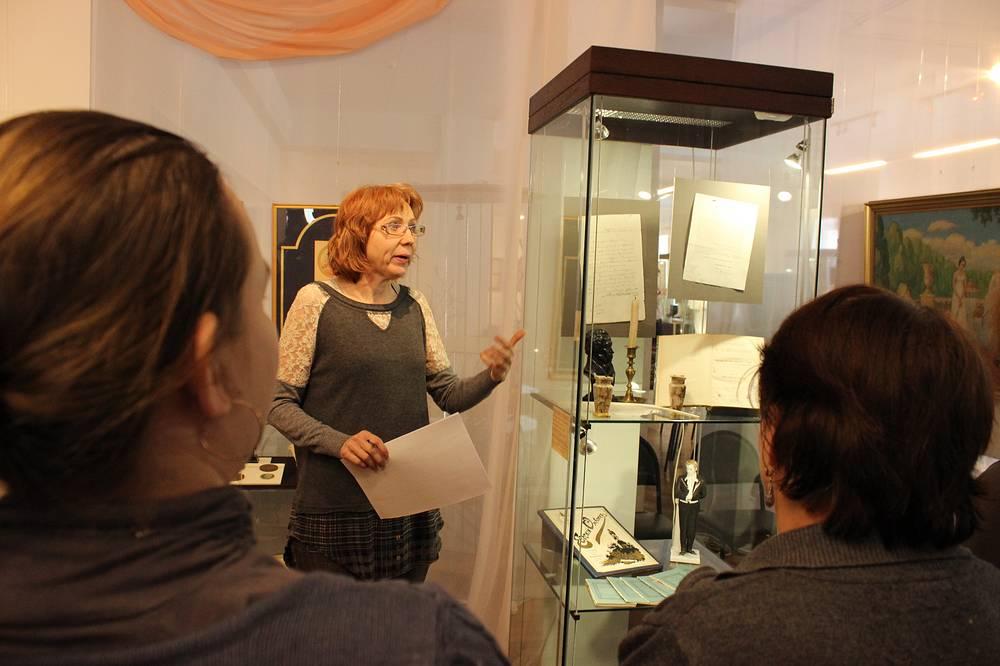 Куратор выставки Нинель Бритвина проводит экскурсию