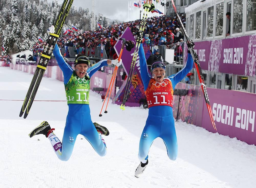Финские лыжницы Кертту Нисканен и Айно-Кайса Сааринен (слева направо), завоевавшие серебро в командном спринте классическим стилем на соревнованиях по лыжным гонкам