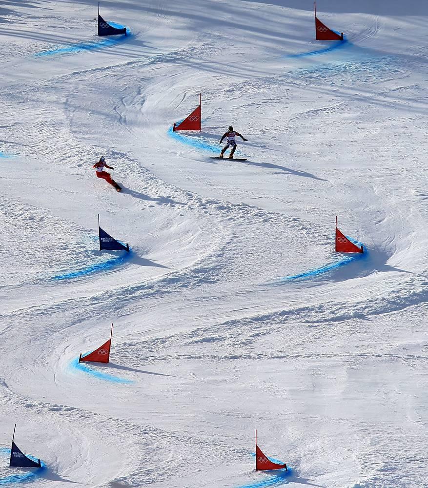 Швейцарский спортсмен Невин Гальмарини и российский спортсмен Вик Уайлд во время соревнований по сноуборду в параллельном гигантском слаломе