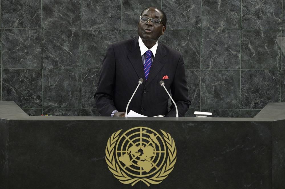 Тем не менее африканский лидер продолжает активно принимать участие в международных форумах и выступать с обвинениями в адрес США, Великобритании, Германии и других стран. На фото: Роберт Мугабе на заседании Генеральной ассамблеи ООН, 2013 год