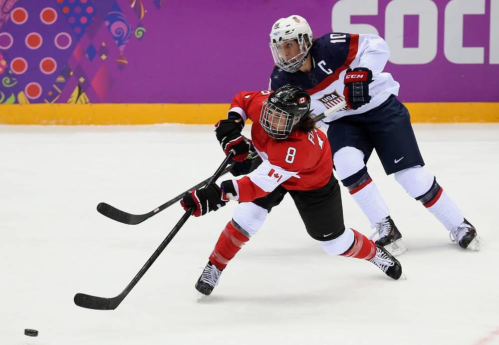 Игроки сборной Канады Лаура Фортино и США Мега Дугган (слева направо) во время финального матча по хоккею между сборными США и Канады