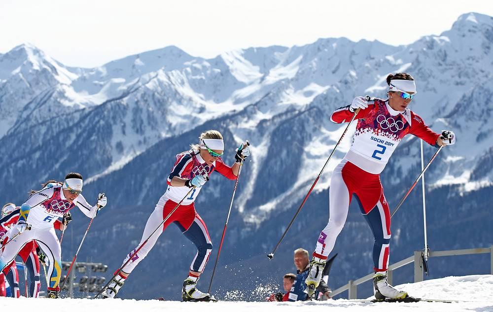Спортсменки из Норвегии Марит Бьерген и Кристин Стермер Стейра (справа налево) во время масс-старта свободным стилем на 30 км в соревнованиях по лыжным гонкам