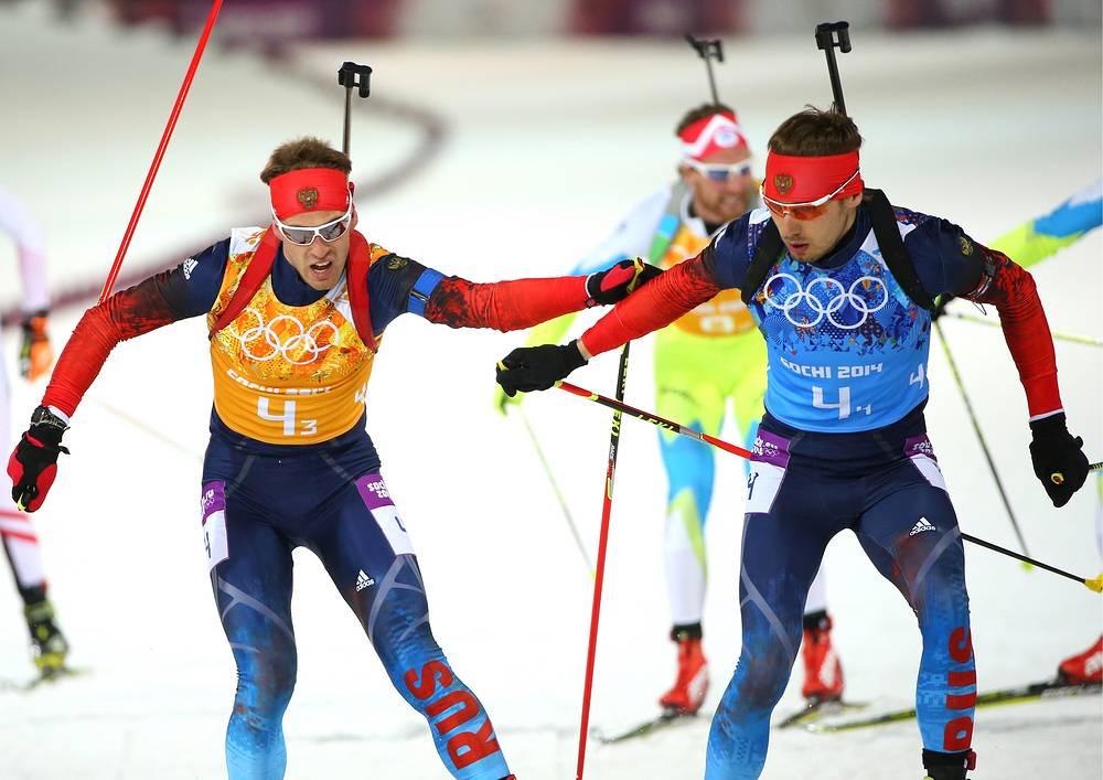 Дмитрий Малышко и Антон Шипулин (слева направо) в эстафете 4x7,5 км в соревнованиях по биатлону среди мужчин на XXII зимних Олимпийских играх.