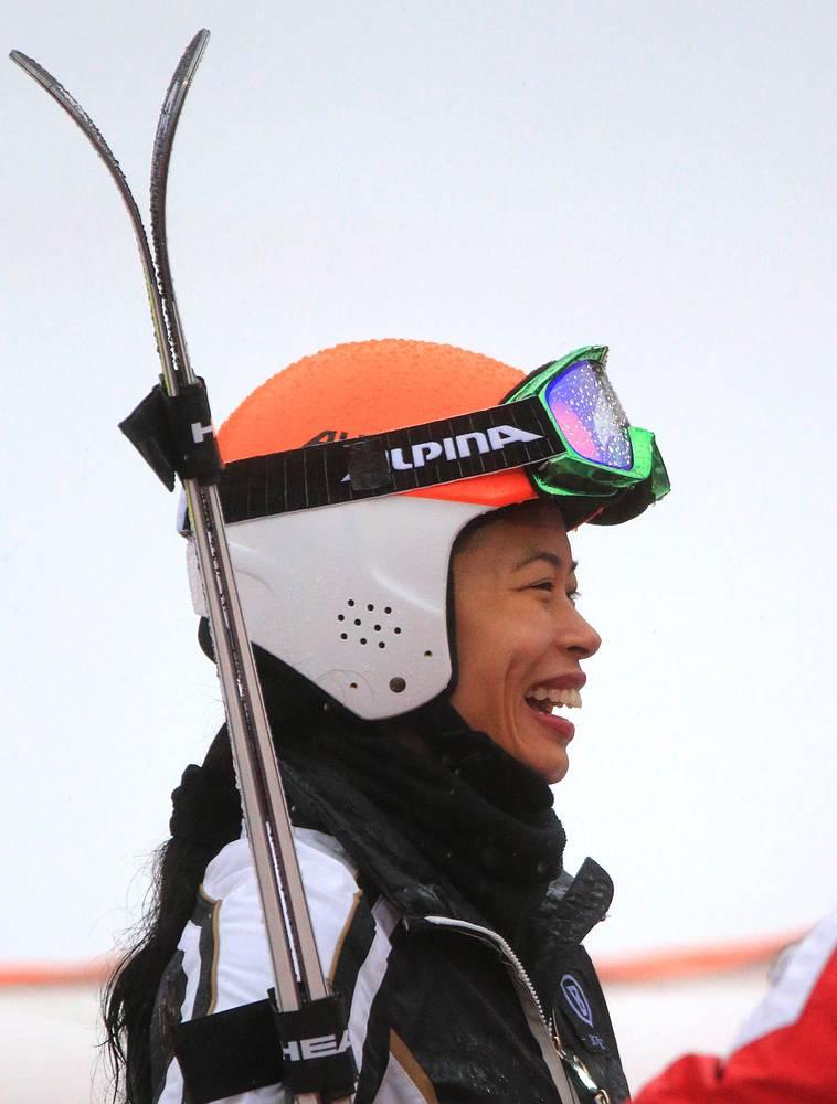 """Знаменитая скрипачка Ванесса Мэй, выступающая на Олимпийских играх в горнолыжном спорте за Таиланд под фамилией отца Ванакорн, успешно дебютировала в соревнованиях в дисциплине гигантский слалом. """"Люди всегда удивляются, когда видят меня катающейся на лыжах. Всю жизнь мечтала попробовать силы в большом спорте. Результат мне не так важен, самое главное - участие в Олимпиаде"""", - заявила Мэй"""