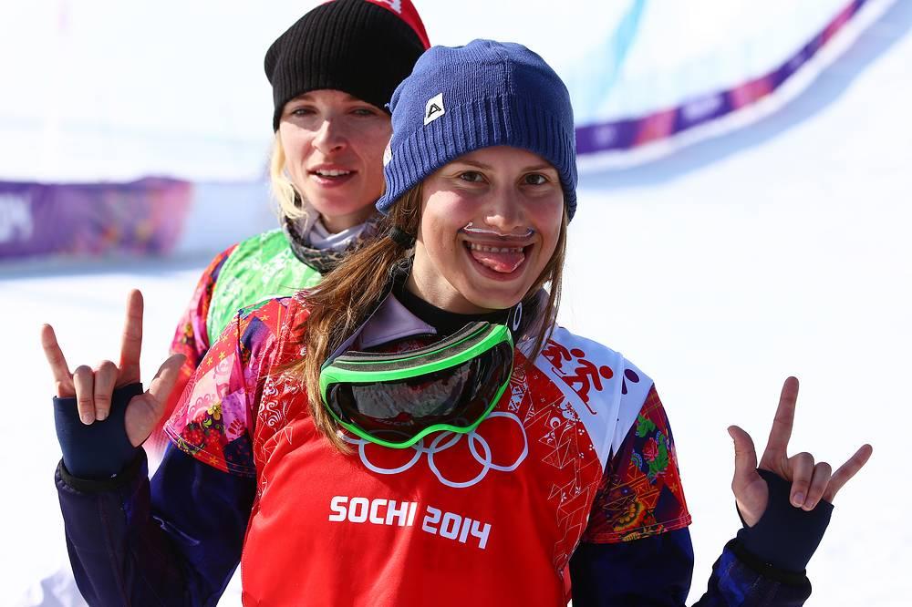 Удивила болельщиков нарисованными усами чешская сноубордистка Ева Самкова, завоевавшая олимпийское золото в дисциплине борд-кросс. Спортсменка нарисовала себе усы на удачу в цветах национального флага, отметив, что это стало традицией