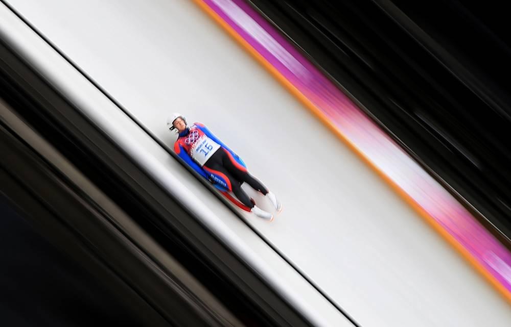 Словакская спортсменка Вера Гбурова во время заезда на индивидуальных соревнованиях по санному спорту