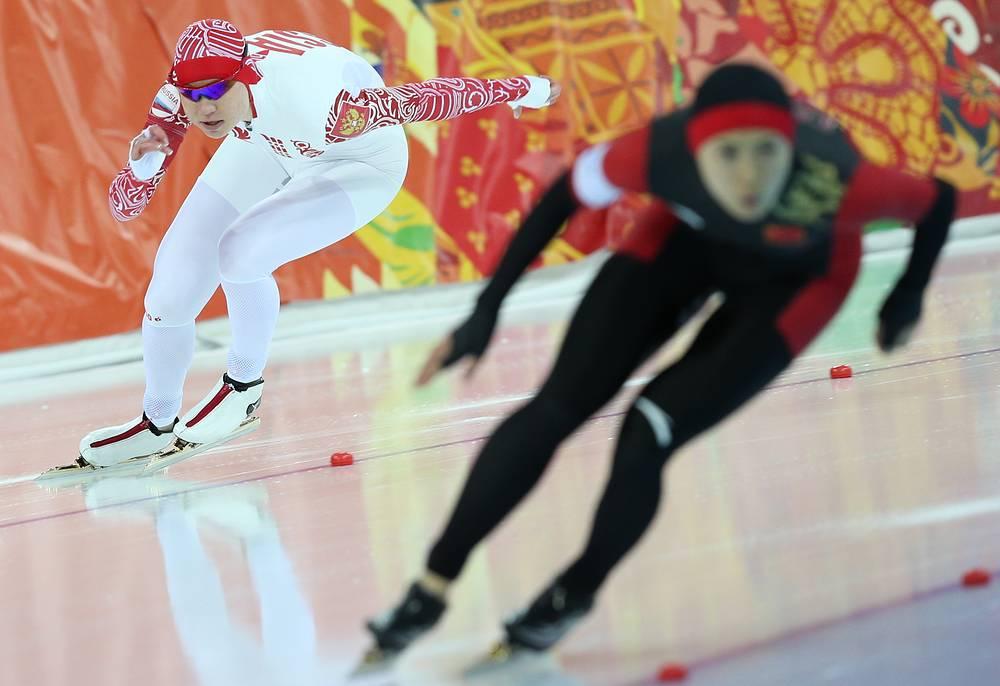 Ольга Фаткулина (слева) во время первого забега на 500 метров