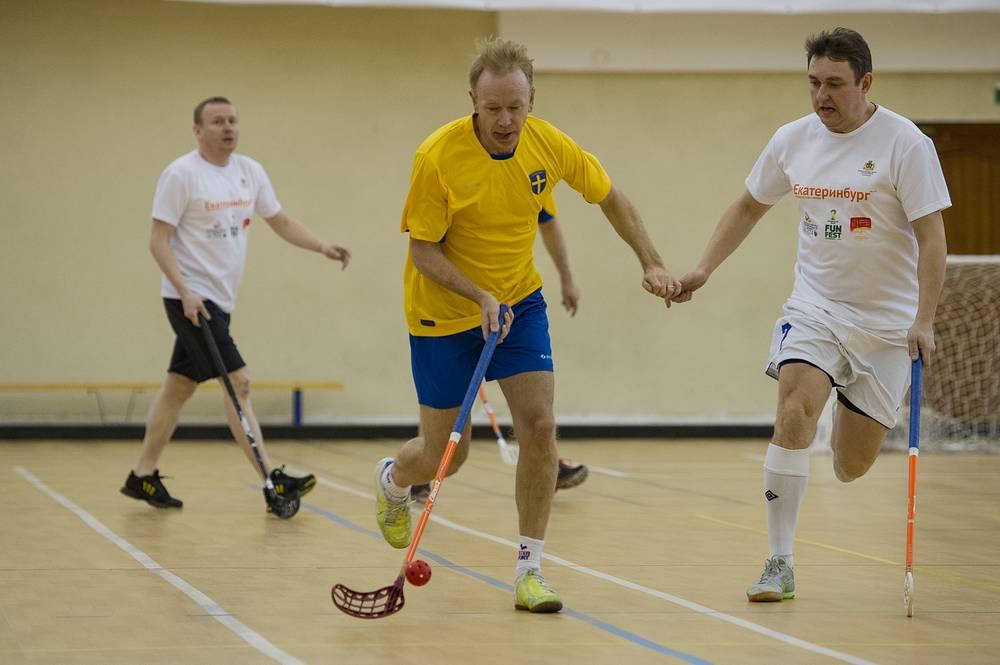 Советник по экономическим вопросам Посольства Швеции в РФ Томас Халльберг (в центре) во время матча