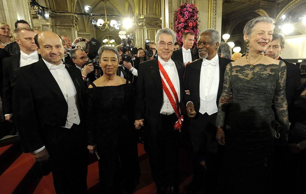 Директор Венской государственной оперы Доминик Майер, президент Австрии Хайнц Фишер с женой Маргит Фишер, бывший генеральный секретарь ООН Кофи Аннан с женой Нане Лагергрен (слева направо)