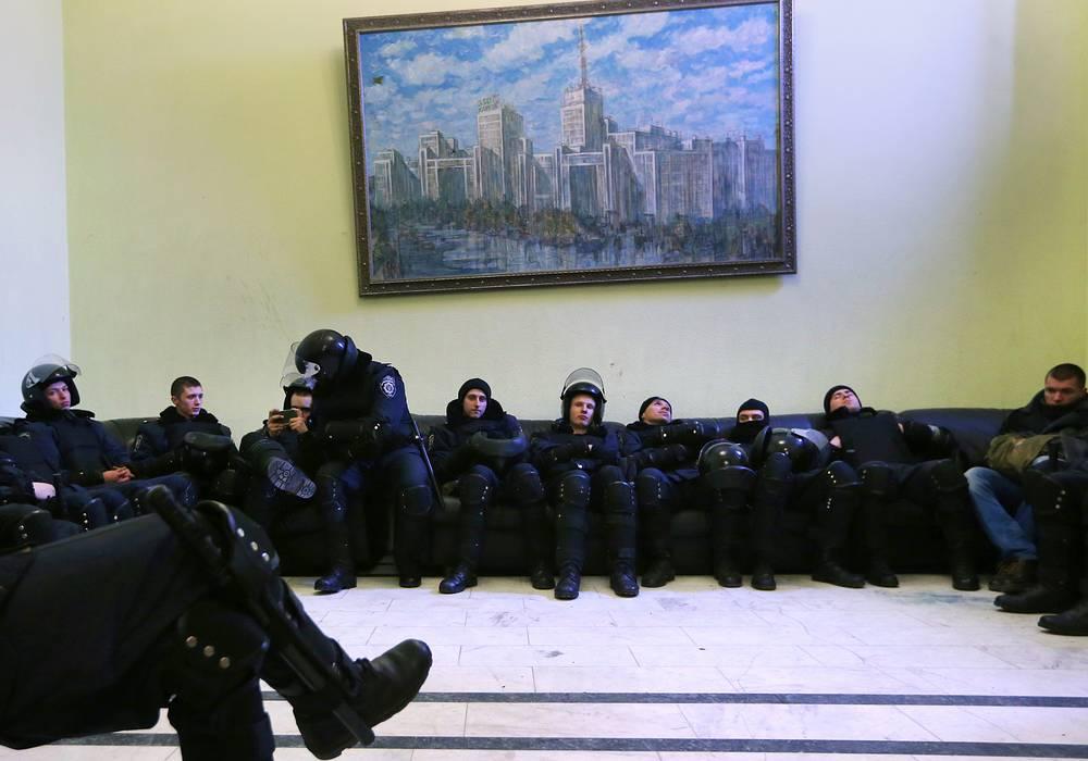 Сотрудники МВС Украины в здании городской рады