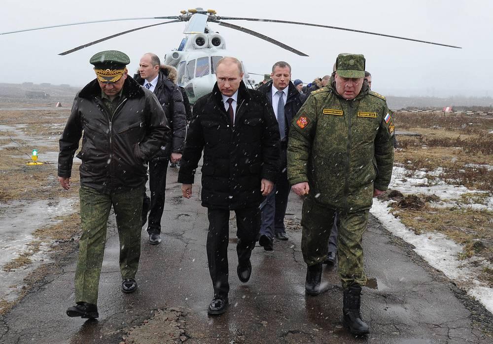 Министр обороны РФ Сергей Шойгу, президент России Владимир Путин и командующий войсками Западного военного округа Анатолий Сидоров (слева направо)