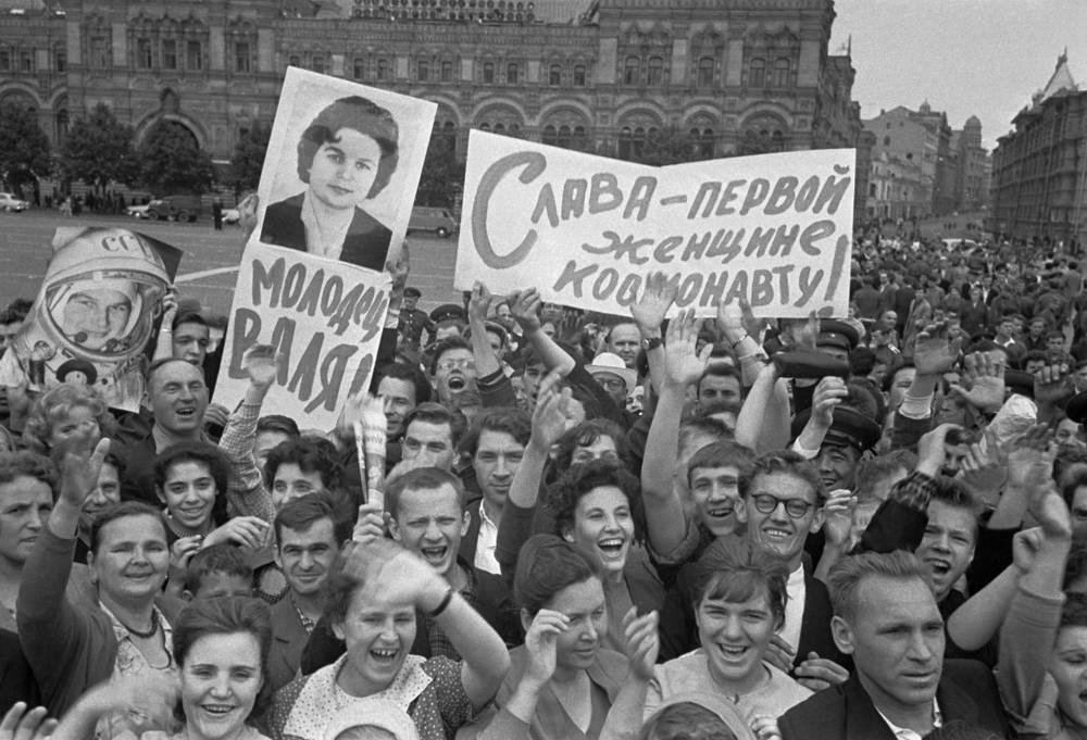 Москвичи на Красной площади приветствуют новость о полете в космос Валентины Терешковой. 1963 год