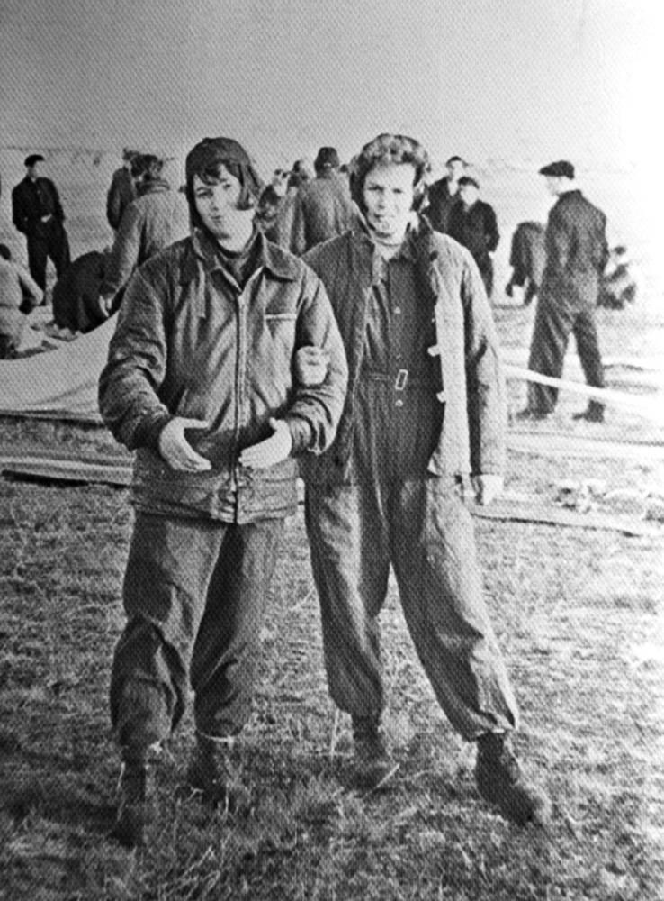 Валентина Терешкова (справа) со своей подругой по Ярославскому аэроклубу спортсменкой Татьяной Морозычевой. 1956 год