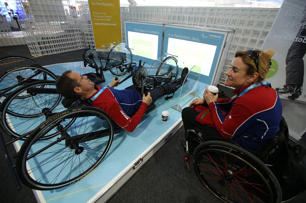 Французские керлингисты на тренировке в тренажерном зале в Паралимпийской деревне